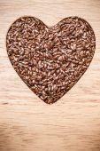 Surowe nasiona lnu len kształcie serca — Zdjęcie stockowe