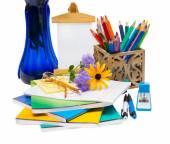 Composizione con fiori in un vaso e la scuola fornisce. — Foto Stock