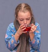 Sick child girl drinks tea. — Foto de Stock