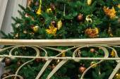 Decorações de Natal em uma árvore de Natal. — Fotografia Stock