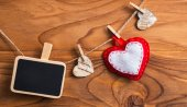 Blank plate for writing text with hearts on the clothespin.Symbo — Stock Photo