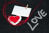Corazón de tela sobre un fondo negro. Símbolo del amor. — Foto de Stock