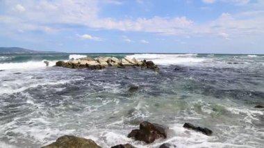 Breaking big waves at rocky seashore — Wideo stockowe
