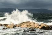 Wave crashing in the rocks — Stock Photo