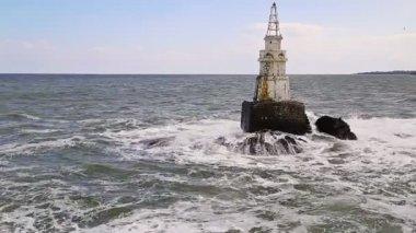 Vuurtoren in zee — Stockvideo