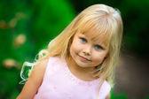 Little girl walks in the park — Foto de Stock