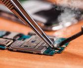 Repair a broken mobile phone closeup — Stock Photo