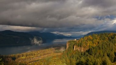 View of Vista House at Crown Point along Columbia River Gorge One Foggy Day with Low Clouds and Fall Colors in Portland Oregon Timelapse 1080p — Stock Video