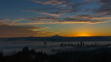 Thick Rolling Dense Fog Over City of Portland Oregon with Snow Covered Mount Hood One Early Morning at Sunrise Time Lapse 1080p — Stok video