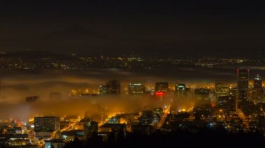 Time Lapse Movie of Early Morning Sunrise and Dense Rolling Fog Over Downtown Cityscape of Portland Oregon with Snow Covered Mount Hood and Moving Auto Traffic 1080p — 图库视频影像
