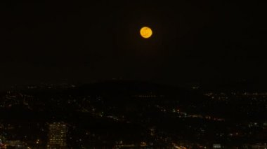Time Lapse Movie of Moonrise Over Silhouette of Mount Hood and City of Portland Oregon at Night 1080p — 图库视频影像