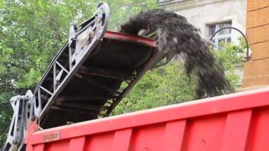 Loading debris on a truck — Stock Video