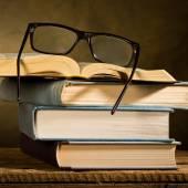 Ouvrir le livre avec lunettes de lecture — Photo