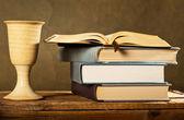 Kelk en open Bijbel — Stockfoto