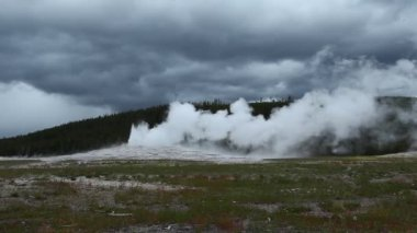 Old Faithful Geyser in Yellowstone National Park — Stock Video