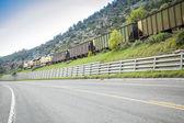 Tåg, järnväg och väg — Stockfoto