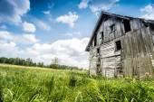 Заброшенный деревянный дом — Стоковое фото