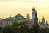 Grand Kremlin palace bell tower, tower and archangel cathedral a — 图库照片