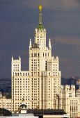 Highrise tower in the Moscow city center with stormy skies — Stock fotografie