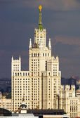 Highrise tower in the Moscow city center with stormy skies — Zdjęcie stockowe