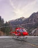 Vermelho helicóptero no heliporto no Alpes suíços 2 — Fotografia Stock