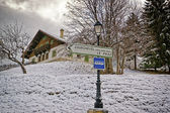 Road sign on the alpine road to the Courchevel ski resort — Fotografia Stock