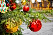 Red and golden decorating balls on the christmas tree at the str — Stock Photo
