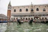 Gondolas and gondolier with tourists  near Doges palace in summe — Stock Photo