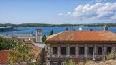 City of Pula skyline and harbor view  in summer — Stockfoto