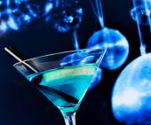 Blue cocktail with sparkling disco balls background disco atmosphere — Stock Photo