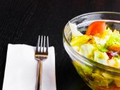 Italian fresh salad and tomato on wood restaurant table — Stockfoto