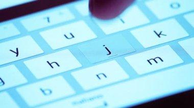 指タッチの仮想キーを形成するタッチ スクリーン タブレット デバイス、ブルー スタイルのデジタル キーボード — ストックビデオ
