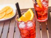 Glasses of spritz aperitif aperol cocktail with orange slices and ice cubes — Stock Photo