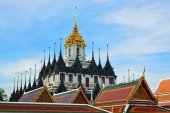 Bangkok's Loha Prasat or Metal Castle in Thailand — Stockfoto