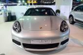 Nonthaburi - 1. prosince: Porsche Panamera Se hybridní auto displej — Stock fotografie