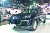 NONTHABURI - DECEMBER 1: Porsche Cayenne S e- Hybrid car display — Stock Photo
