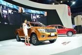 NONTHABURI - DECEMBER 1: Model Poses with New Nissan Navara NP 3 — 图库照片