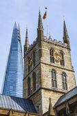 Southwark Cathedral and the Shard in London — Стоковое фото