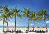 Witte strand loungebar op de tropisch eiland boracay in Filippijnen — Stockfoto