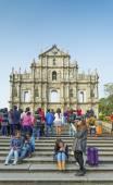 Tourists at ruins of st paul landmark in macau china — Stock Photo