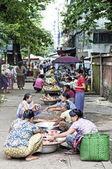 Straßenmarkt in yangon myanmar — Stockfoto