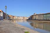 Arno river bank in Pisa — Stockfoto