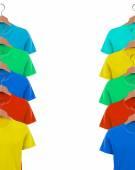 T-shirts em close-up de cabides — Fotografia Stock