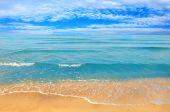 Θάλασσα παραλία μπλε ουρανό που άμμο ήλιο της ημέρας — Stockfoto