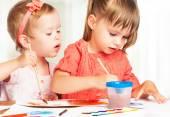 Happy little girl in kindergarten draw paints — Foto de Stock