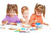 Menina feliz no jardim de infância desenhar tintas sobre fundo branco — Foto Stock