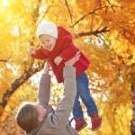 familia feliz. Mamá y bebé hija pasear en otoño — Foto de Stock   #54520189