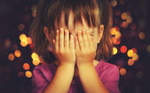 Little girl  in anticipation of a Christmas miracle and a gift — ストック写真
