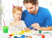 Happy family father and child  daughter together draw paints — Stock fotografie