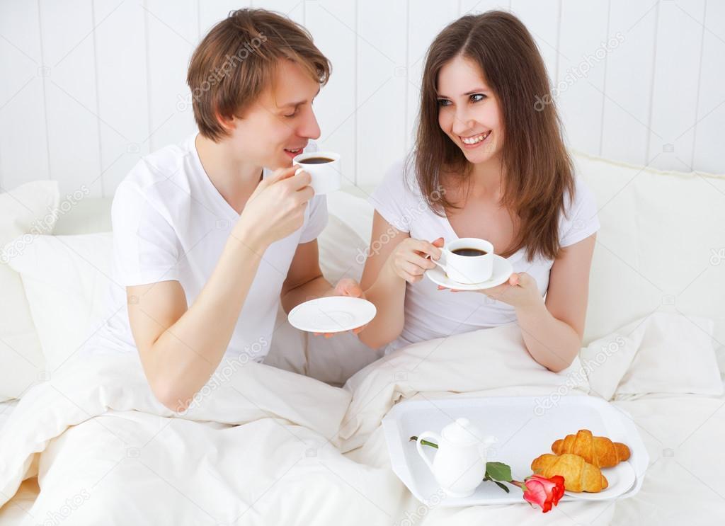 couple d 39 amoureux prenant son petit d jeuner au lit photo 95536792. Black Bedroom Furniture Sets. Home Design Ideas